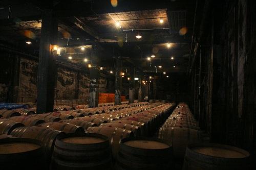 登美の丘ワイナリーワインセラー内部