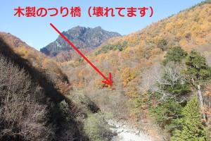 西沢渓谷のつり橋と山