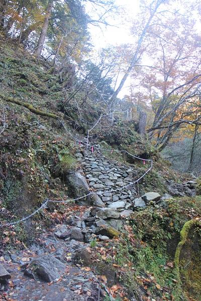 西沢渓谷の急な悪路